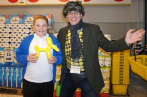 Annie Ridsdill (10) gets her Netto balloon dog from and Mr Bobbles
